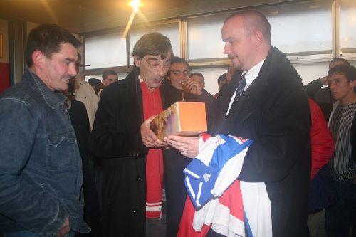 A gauche, Alain qui vient de me remettre un maillot avec Michel Président du club et Jean Pierre secrétaire...Et Guy me remet une bouteille au nom des anciens du club