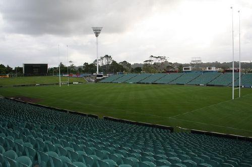 Le terrain du stade ou les poteaux montent jusqu\'à plus de 40m
