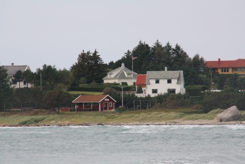 Les petites maisons où flotte fièrement le drapeau