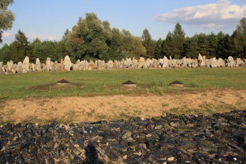 TREBLINKA 17000 tombes érigées en ce lieu