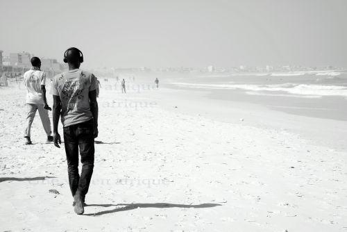 Passants sur la plage