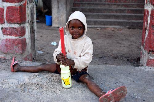 Enfant jouant dans la rue