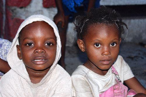 Deuxième groupe d'enfants jouant dans la rue