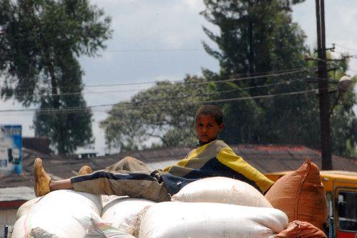 Enfant Ethiopien sur les sacs, dans le camion