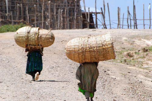 Femmes au travail, route de Walisso