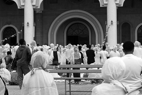Le regroupement dans l'église