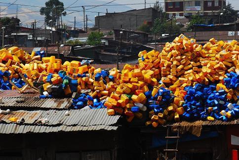 Des jerricans à perte de vue - Mercato - Novembre 2010