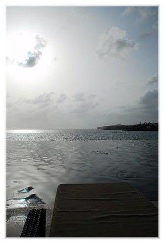 Piscine à débordement et vue sur mer depuis le RADISSON BLU - Dakar