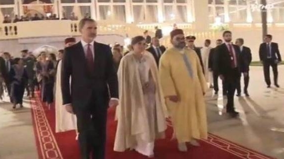 15.02.2019 - La Reine d'Espagne Dona LETIZIA  portant le Selham que lui a offert SM Le Roi Mohamed VI.jpg