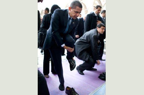 04.05.2009 : Mr Barak Hussein OBAMA, retire ses chaussures
