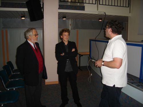 Conférence de Jérémy Desarthe du  9 octobre 2010 : la préparation de la salle avec monsieur Lebrun de la municipalité d'Alençon