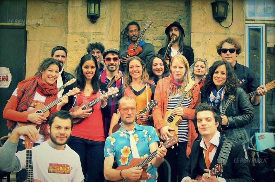 le-club-de-ukulele-de-dijon-les-d-ukes-avec-au-centre-yannick-fromont-egalement-chanteur-de-la-a-team-photo-dr-1464208929.jpg