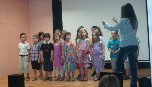 Les élèves de la classe de CP CE1 ont chanté les plus belles chansons de leur répertoire emmenée par leur maitresse.JPG