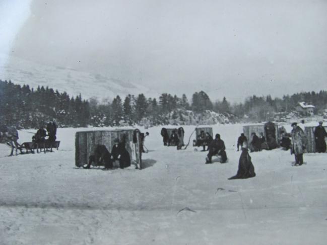 Pêche sur le lac de Laffrey gelé .JPG
