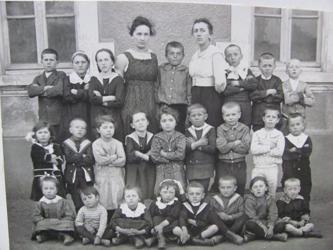Ecole de St Jean vers 1919 Institutrice à droite ma grand'mère Clarisse Belin de Notre Dame de Vaulx. Je peux identifier plusieurs enfants aussi si nécessaire Justin Roizon.JPG