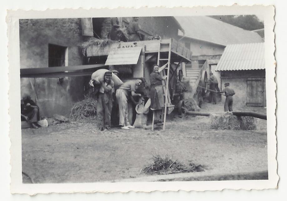 Premiere année de la cooperative de battage à Blanche Gaillard-aout 1949.jpg