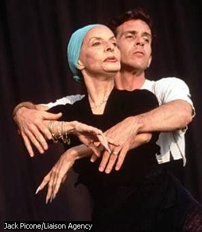 Alicia Alonso dirigeant un danseur