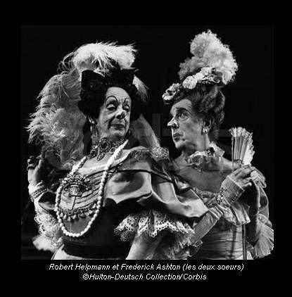 Frederick Ashton jouant le rôle d'une des soeurs dans Cendrillon 1948