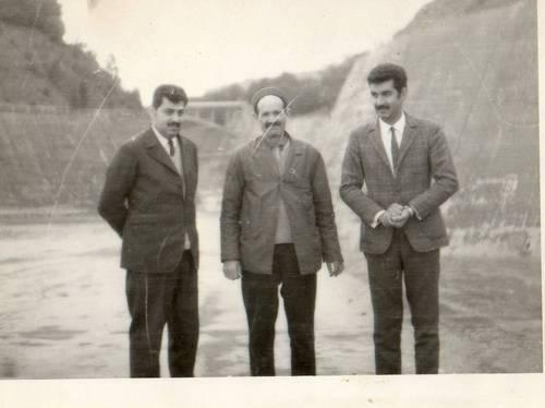 Cheikh Mahieddine et deux Syriens ou Irakiens.jpg
