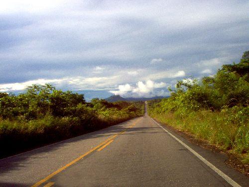 La route menant au sud du Vénézuela passe par la grande savane.