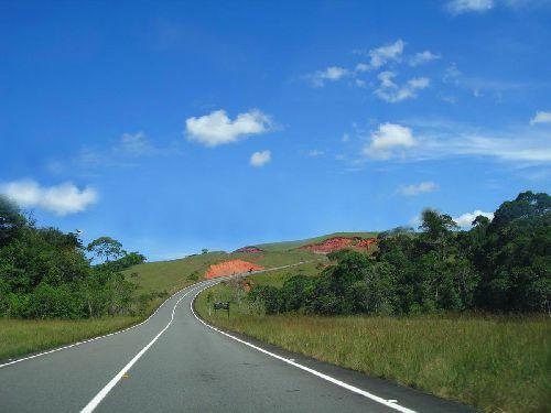 Toujours cette route qui traverse la Grand Sabana vers le sud du Vénézuela.