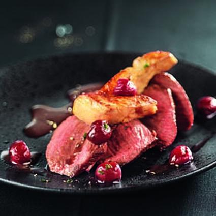 pave-de-kangourou-au-foie-gras-poele-et-griottes-au-vin-rouge.jpg