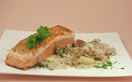 Pavés de saumon aux Saint-Jacques et girolles.PNG