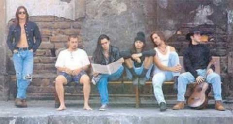 Juanes (debout) avec Ekhymosis