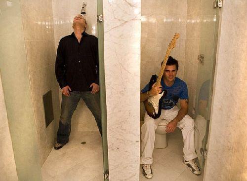 Juanes jouant au WC =)