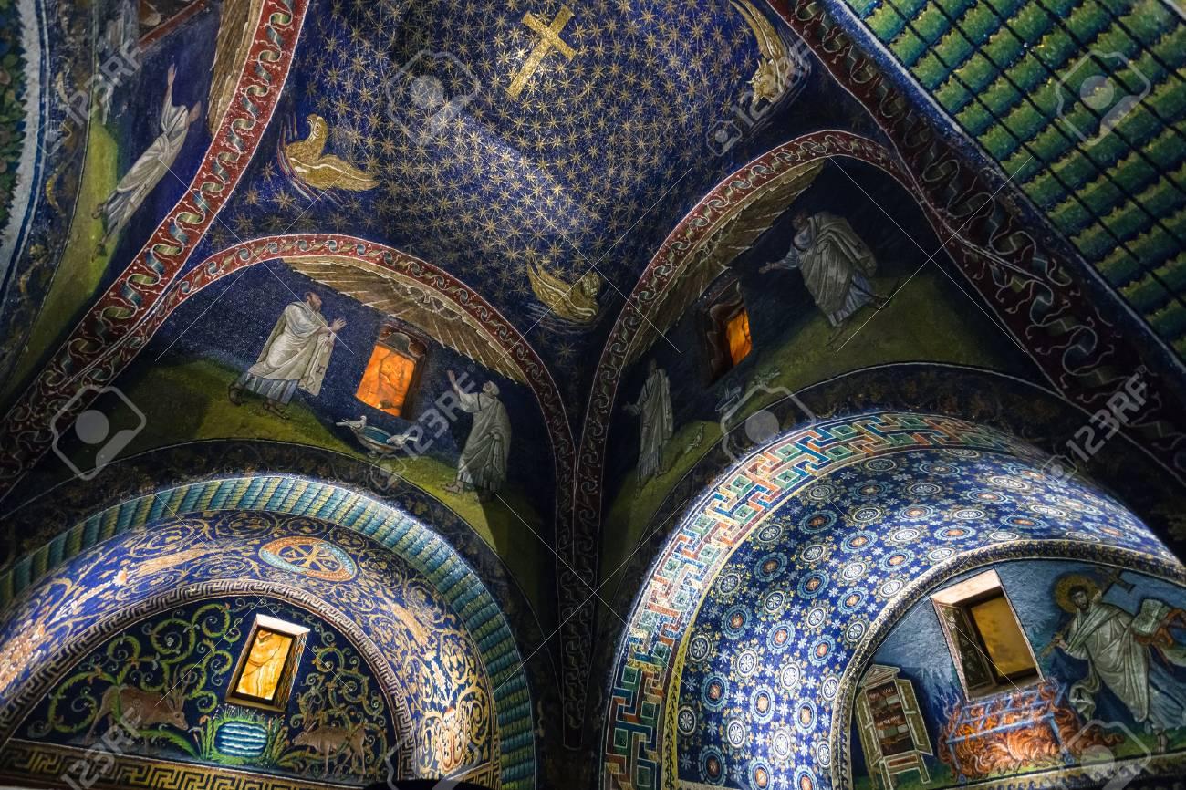 70706580-ravenna-italie-le-4-novembre-2012-salle-du-mausolée-galla-placidia-dans-la-ville-de-ravenne-le-mausolée-