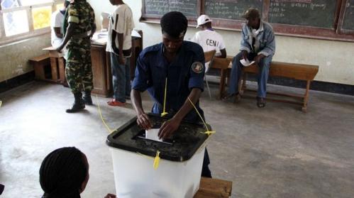 un-policier-burundais-vote-le-21-juillet-2015-a-bujumbura-pour-une-election-presidentielle-controversee-au-burundi_5385773.jpg