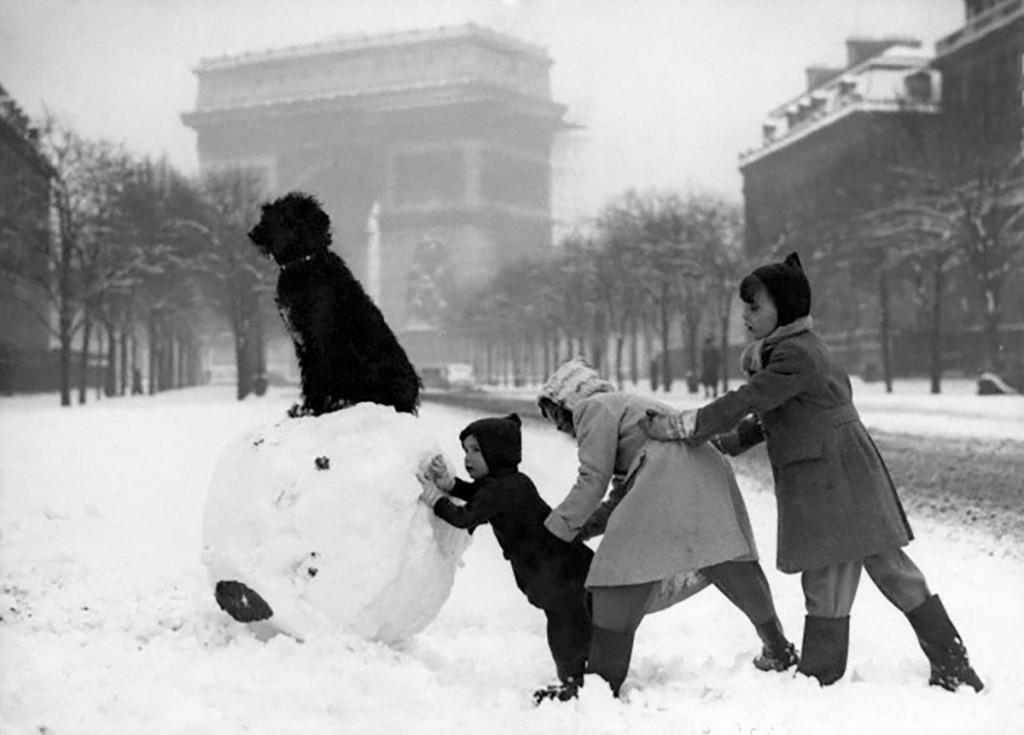 image-une-enfants-jouent-neige-paris-1930-arc-de-triomphe.jpg