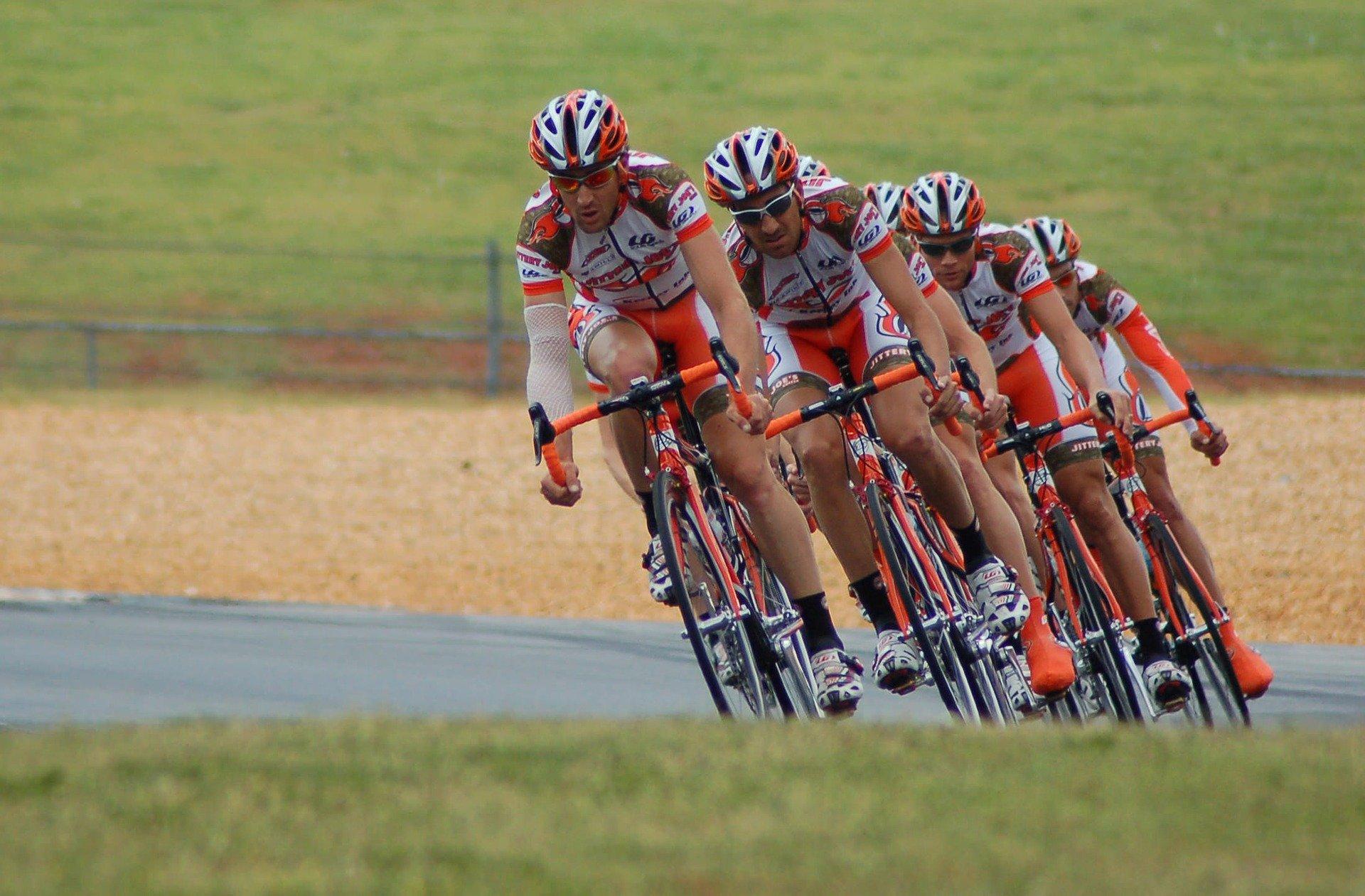 cyclists-1851269_1920