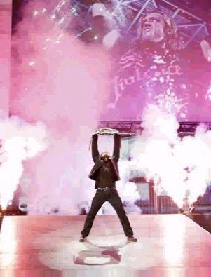 Entrée de Edge avec le WWE Title