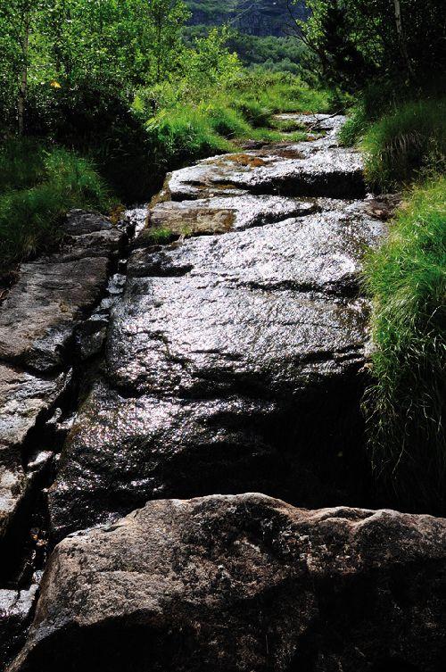 La dalle de granit. On distingue nettement le canal creusé sur la gauche (Ph. Laurent Crassous)
