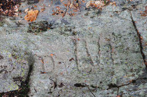 Les inscriptions sur la borne. Si quelqu\'un peut nous éclairer sur ces inscriptions ... (Ph. Laurent Crassous)