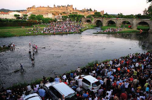Les policiers évacuent les spectateurs qui avaient pris place sur la rivière (Ph. Laurent Crassous)