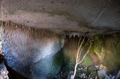 Vue de l\'entrée bétonnée de la grotte (Ph. Laurent Crassous)