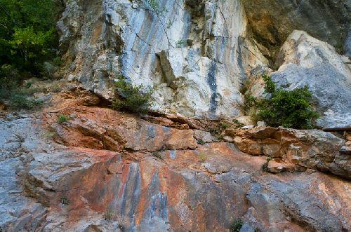 Sur cette photo, on distingue bien le passage de l\'eau ferrugineuse à travers les roches du pog (Ph. Laurent Crassous)
