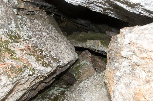 C\'est dans cette faille rocheuse qu\'on été retrouvées plusieurs urnes (Ph. Laurent Crassous)