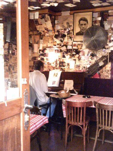 un piano-bar à Montmartre