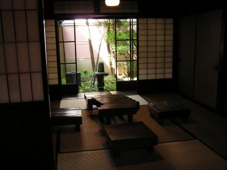 le quartier de gion l 39 univers des geishas japon le soleil rouge. Black Bedroom Furniture Sets. Home Design Ideas