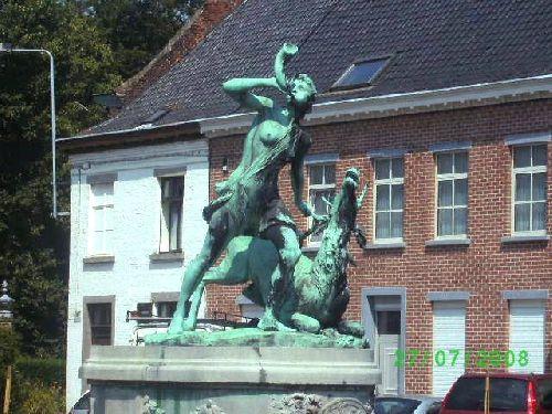 Statue qui orne le rond-point a la rue du chateau