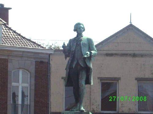 Statue sur la place de Beloeil représentant un descendant du Prince de Ligne