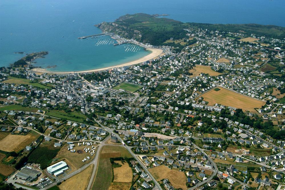 Vue aériienne côte Erquy (Bretagne).jpg