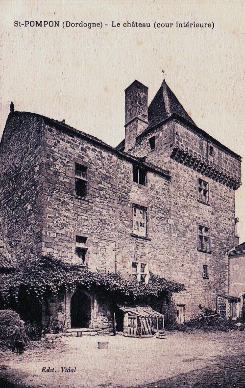 Le château du bourg la cour intérieure.jpg