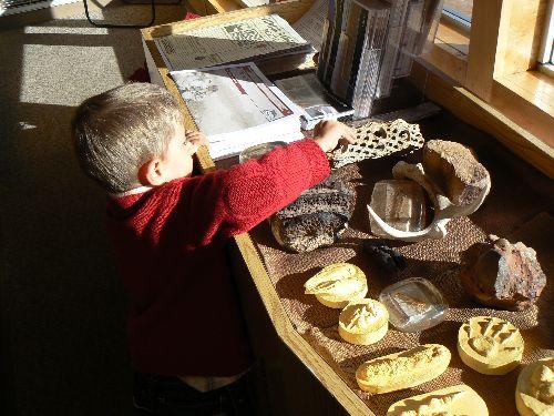 Luca est fort intéressé par les moulages d\'empreintes....