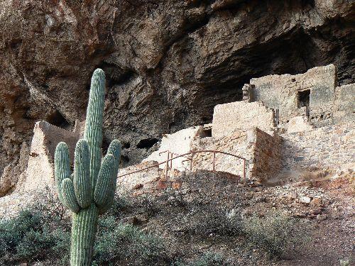 les ruines dans leur niche rocheuse
