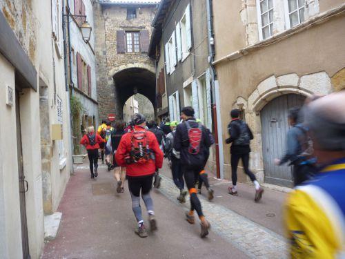 La course prend son rythme dans les ruelles de Chasselay