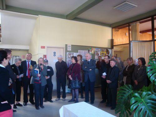 Elise Fischer au salon du livre de Saint Avold le 12 mars 2011 (sur sa gauche Rosalie la célèbre mamie d'Alsace)